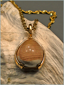 Montana Opalwood Pendant in Yellow Gold